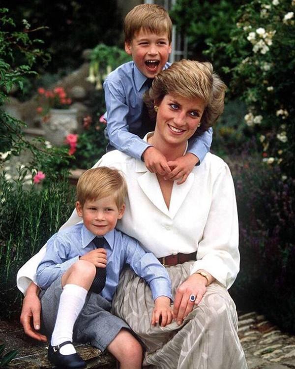 Nhân Ngày của Mẹ, Công nương Kate bất ngờ chia sẻ 3 bức ảnh độc chưa từng thấy khiến dư luận ấm lòng trong thời điểm dịch bệnh hoành hành-2