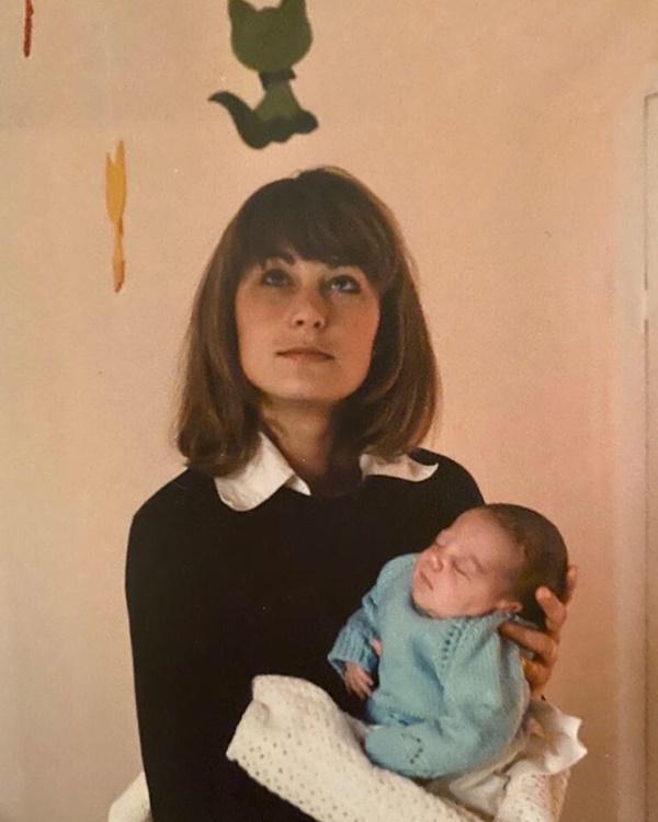 Nhân Ngày của Mẹ, Công nương Kate bất ngờ chia sẻ 3 bức ảnh độc chưa từng thấy khiến dư luận ấm lòng trong thời điểm dịch bệnh hoành hành-3