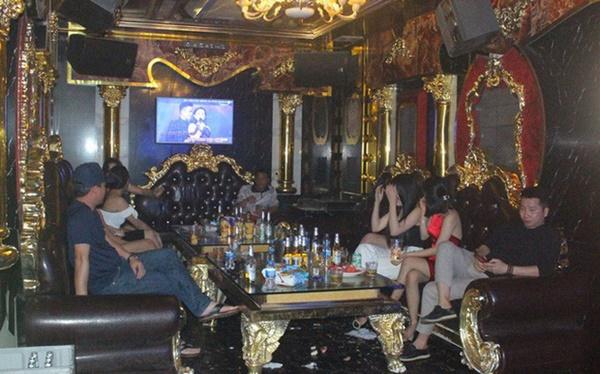 Bất chấp Covid-19, dân chơi đất cảng vẫn đến quán karaoke, gọi chân dài phục vụ-1