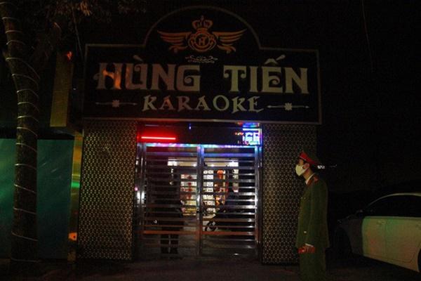 Bất chấp Covid-19, dân chơi đất cảng vẫn đến quán karaoke, gọi chân dài phục vụ-2