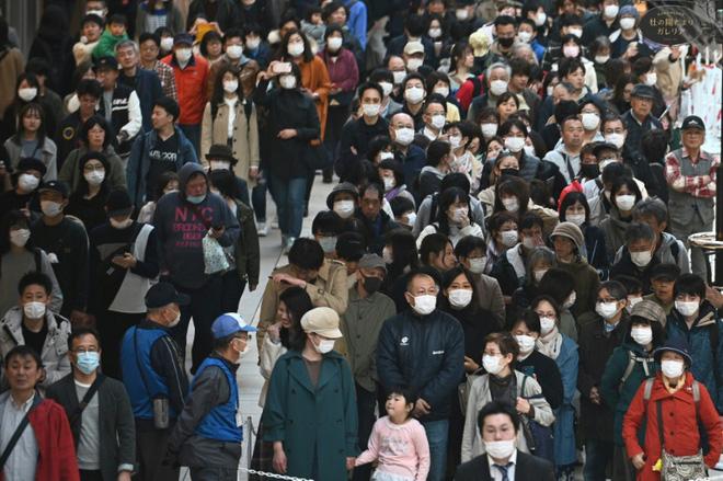 Bất chấp chính quyền kêu gọi ở nhà, hàng chục nghìn người Nhật Bản vẫn xếp hàng đi xem ngọn đuốc Olympic giữa mùa dịch Covid-19-1
