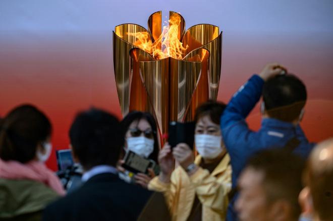 Bất chấp chính quyền kêu gọi ở nhà, hàng chục nghìn người Nhật Bản vẫn xếp hàng đi xem ngọn đuốc Olympic giữa mùa dịch Covid-19-2