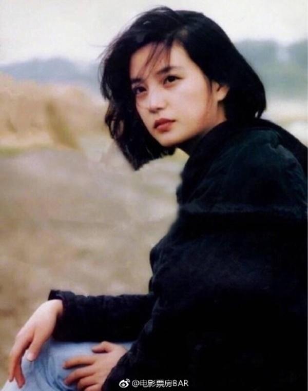 Năm 20 tuổi, Triệu Vy từng yêu say đắm một chàng thiếu gia giàu có, thậm chí tính chuyện kết hôn nhưng cuối cùng lại chứng kiến bạn thân trở thành cô dâu-2