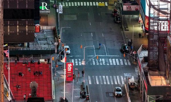 Nước Mỹ vắng vẻ lạ thường giữa đại dịch Covid-19: Những quảng trường, con đường, khu vui chơi nổi tiếng nay không một bóng người-1