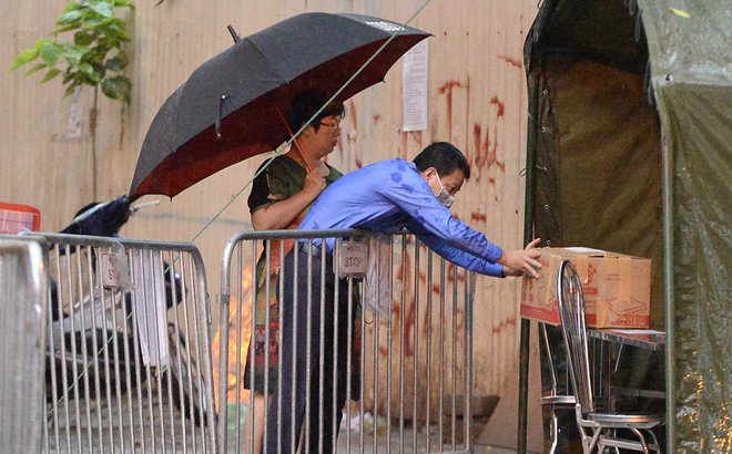 Đội mưa gửi đồ tiếp tế cho người thân trong khu cách ly Pháp Vân - Tứ Hiệp-1