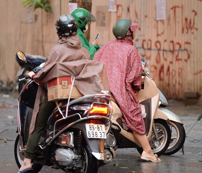 Đội mưa gửi đồ tiếp tế cho người thân trong khu cách ly Pháp Vân - Tứ Hiệp-11