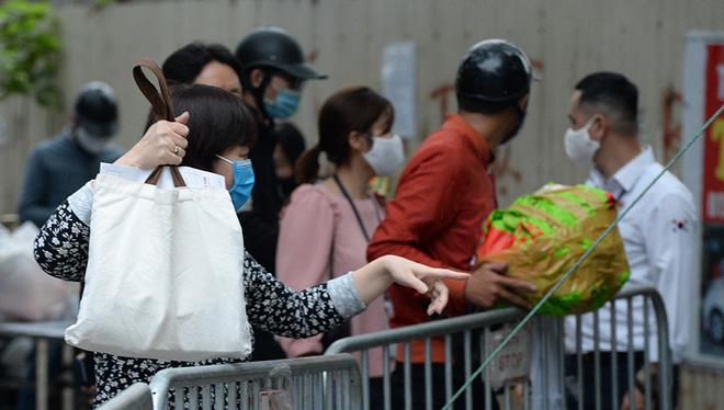 Đội mưa gửi đồ tiếp tế cho người thân trong khu cách ly Pháp Vân - Tứ Hiệp-3