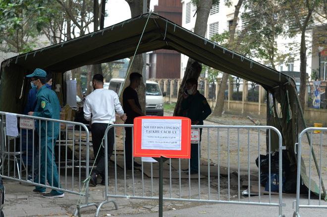Đội mưa gửi đồ tiếp tế cho người thân trong khu cách ly Pháp Vân - Tứ Hiệp-4