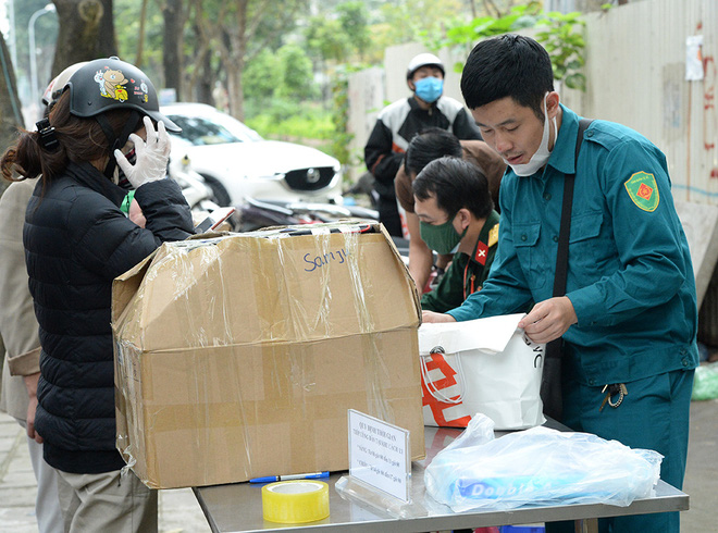 Đội mưa gửi đồ tiếp tế cho người thân trong khu cách ly Pháp Vân - Tứ Hiệp-5