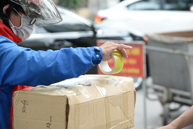Đội mưa gửi đồ tiếp tế cho người thân trong khu cách ly Pháp Vân - Tứ Hiệp-7