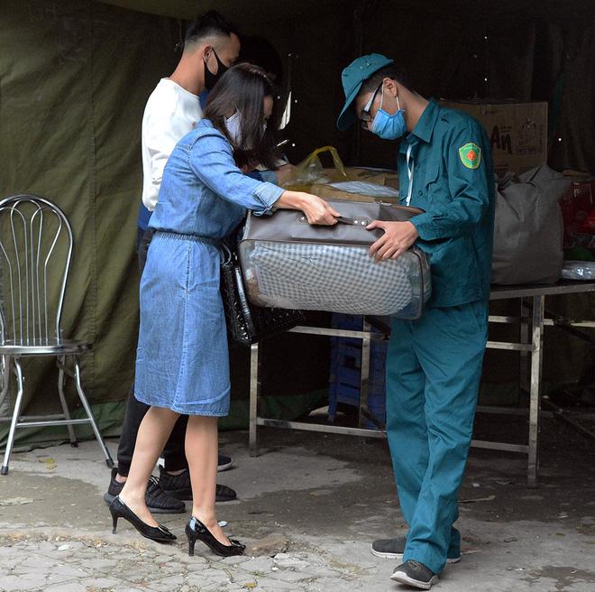 Đội mưa gửi đồ tiếp tế cho người thân trong khu cách ly Pháp Vân - Tứ Hiệp-8