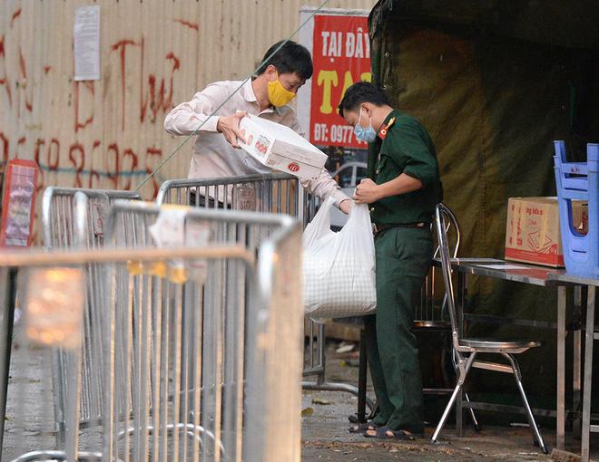 Đội mưa gửi đồ tiếp tế cho người thân trong khu cách ly Pháp Vân - Tứ Hiệp-9