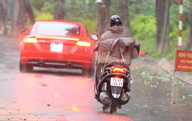 Đội mưa gửi đồ tiếp tế cho người thân trong khu cách ly Pháp Vân - Tứ Hiệp-12