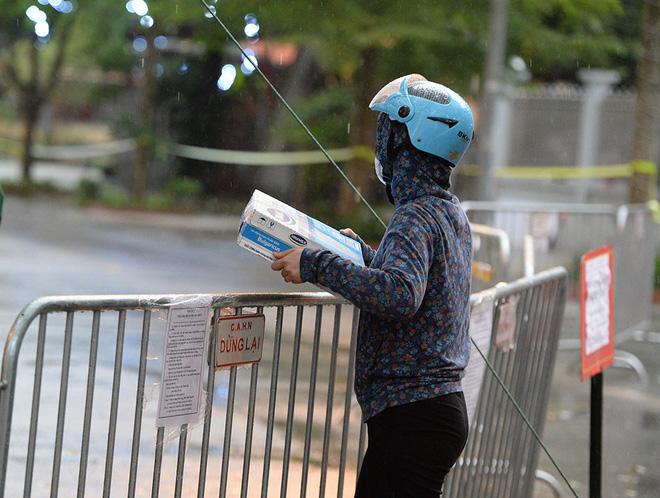 Đội mưa gửi đồ tiếp tế cho người thân trong khu cách ly Pháp Vân - Tứ Hiệp-14