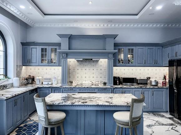 Cận cảnh không gian căn bếp thiết kế theo phong cách tân cổ điển trong biệt thự của gia đình Đăng Khôi-2