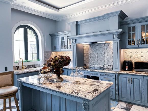 Cận cảnh không gian căn bếp thiết kế theo phong cách tân cổ điển trong biệt thự của gia đình Đăng Khôi-3
