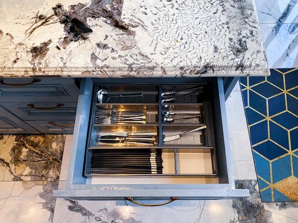 Cận cảnh không gian căn bếp thiết kế theo phong cách tân cổ điển trong biệt thự của gia đình Đăng Khôi-14