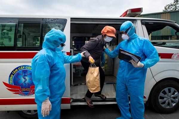 Bác sĩ đang tích cực chữa cho 3 ca bệnh nặng phải thở máy-1