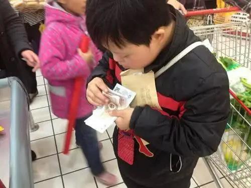 Con trai mua gói muối hết gần 200.000 đồng, ông bố nổi giận mắng nhân viên siêu thị nhưng rồi té ngửa với sự thật-1