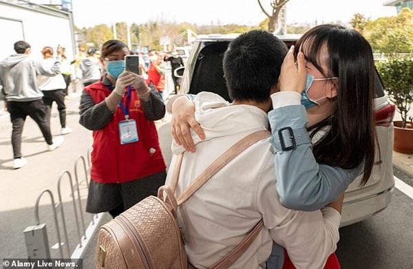 Nữ y tá Vũ Hán nhiễm Covid-19 khi đang mang thai 33 tuần và món quà mà các bác sĩ tặng cô trong ngày được xuất viện khiến ai nhìn cũng xúc động-6