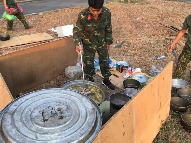 Hình ảnh bữa sáng với vài vắt mì độn toàn giá đỗ của các chiến sĩ phục vụ trong khu cách ly khiến nhiều người vô cùng cảm kích-1