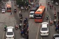 Xe khách vượt ẩu suýt đâm xe máy và người đi bộ