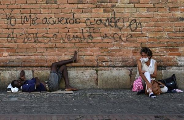 Cả thế giới được khuyên ở nhà, chỉ còn người vô gia cư ngoài đường-13