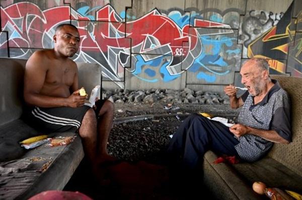 Cả thế giới được khuyên ở nhà, chỉ còn người vô gia cư ngoài đường-8