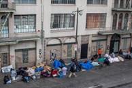 Cả thế giới được khuyên 'ở nhà', chỉ còn người vô gia cư ngoài đường
