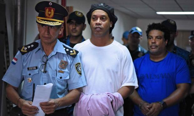 Ronaldinho vẫn không thể quen cuộc sống trong tù: Được tất cả quan tâm nhưng vẫn nhớ âm nhạc và... mẹ-1