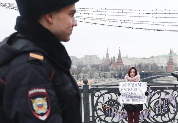 Vụ án 3 con gái giết cha đẻ rúng động nước Nga: Bị bạo hành, cưỡng bức nhiều năm nhưng nói không ai tin, chọn cách giết người để được giải thoát-6