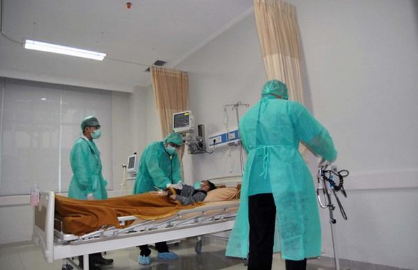 Bức ảnh bác sĩ đứng ngoài cổng nhìn con rồi qua đời vì Covid-19: Lấy nước mắt dân mạng nhưng hóa ra lại là fake news-1