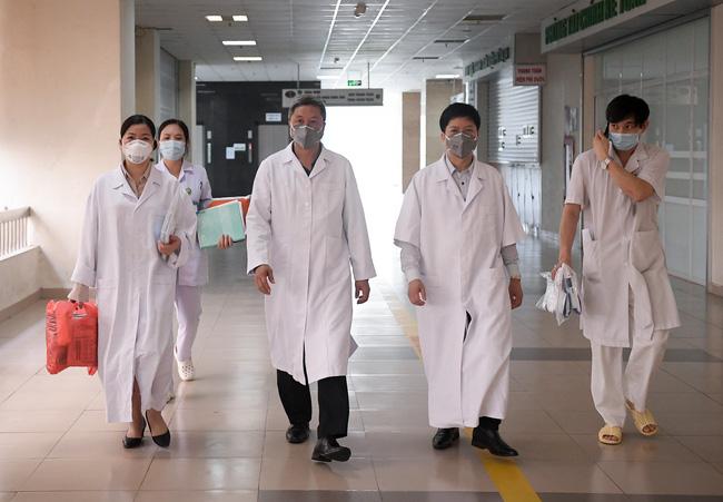Thứ trưởng Bộ Y tế kêu gọi người dân nhường khẩu trang y tế cho cán bộ, nhân viên y tế trong công tác tiếp xúc, thu dung điều trị người bệnh-2