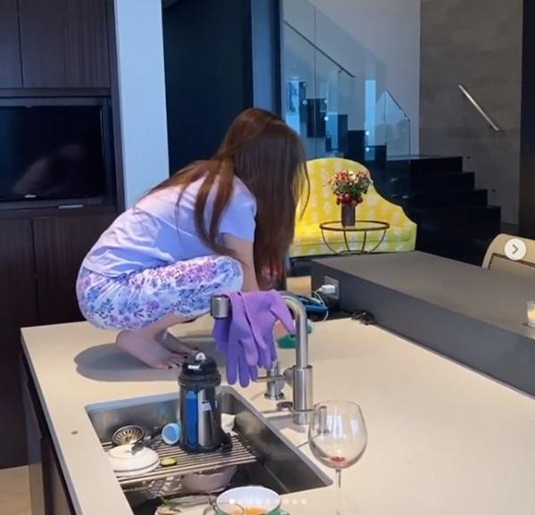Chồng đại gia hé lộ hình ảnh rất khác củatỷ phú người Việt Mimi Morris khi ở nhà tránh dịch, mọi sự chú ý đổ vào bàn bếp của căn biệt thự 800 tỷ-4