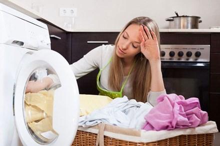 Máy giặt rung lắc, kêu như sắp hỏng vì lỗi sai 99% bà nội trợ mắc phải