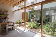 Căn nhà yên vui dưới bóng nắng và cây xanh của gia đình trẻ ở Nhật Bản