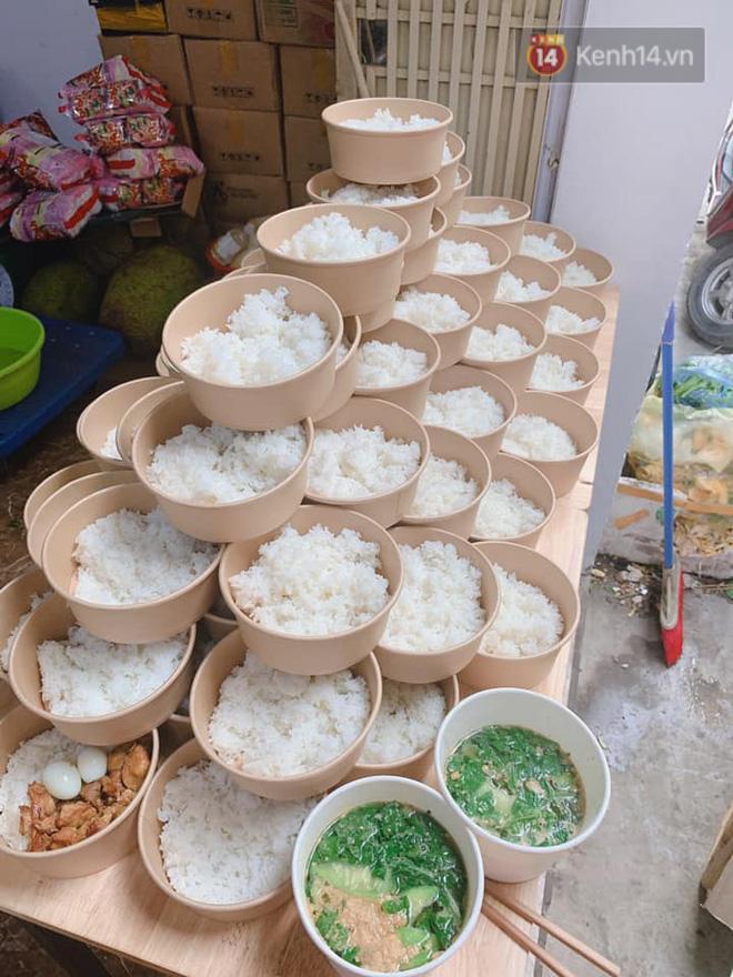 Chủ quán ăn ở Hà Nội nấu hàng trăm suất cơm, chè miễn phí cho những y bác sỹ đang gồng mình chống dịch Covid-19 tại BV bệnh Nhiệt đới TW-2