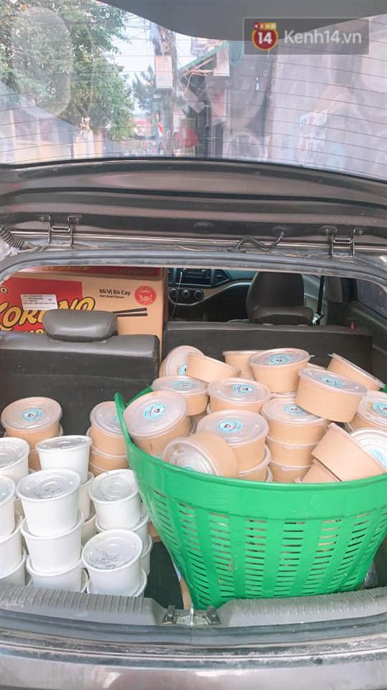 Chủ quán ăn ở Hà Nội nấu hàng trăm suất cơm, chè miễn phí cho những y bác sỹ đang gồng mình chống dịch Covid-19 tại BV bệnh Nhiệt đới TW-3