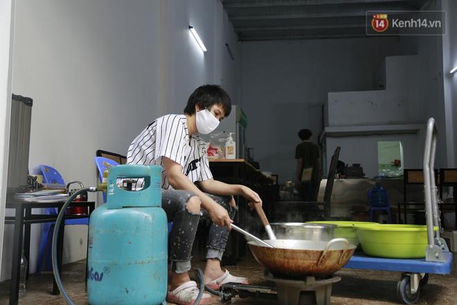 Chủ quán ăn ở Hà Nội nấu hàng trăm suất cơm, chè miễn phí cho những y bác sỹ đang gồng mình chống dịch Covid-19 tại BV bệnh Nhiệt đới TW-5