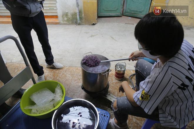 Chủ quán ăn ở Hà Nội nấu hàng trăm suất cơm, chè miễn phí cho những y bác sỹ đang gồng mình chống dịch Covid-19 tại BV bệnh Nhiệt đới TW-8