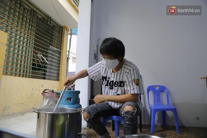 Chủ quán ăn ở Hà Nội nấu hàng trăm suất cơm, chè miễn phí cho những y bác sỹ đang gồng mình chống dịch Covid-19 tại BV bệnh Nhiệt đới TW-13