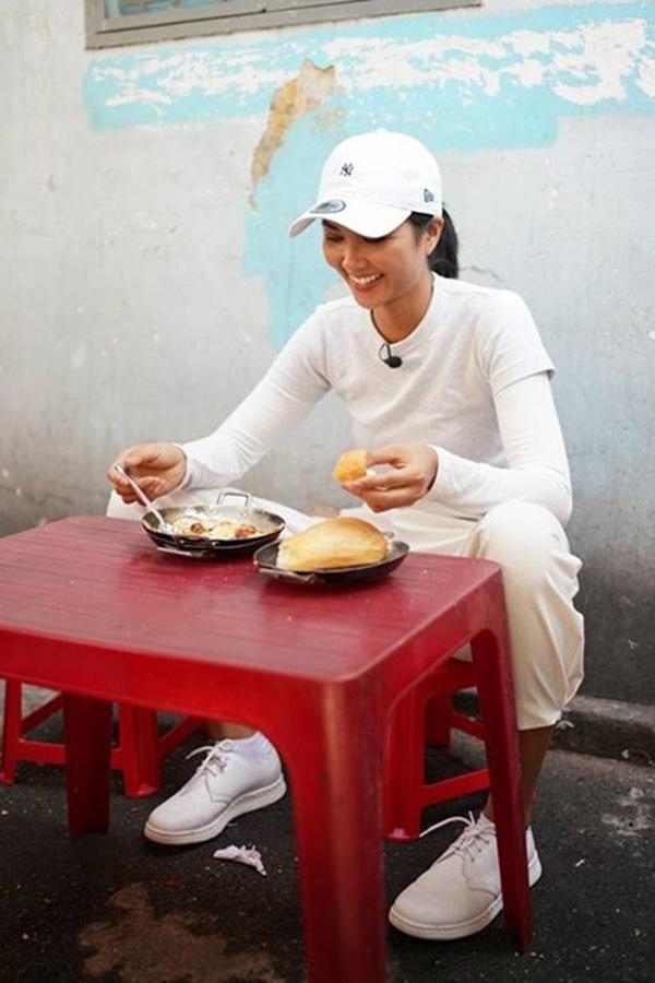 Hoa hậu HHen Niê dành một ngày ăn bánh mì khắp Sài Gòn và lý do xúc động phía sau-1