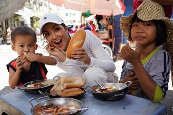 Hoa hậu HHen Niê dành một ngày ăn bánh mì khắp Sài Gòn và lý do xúc động phía sau-2