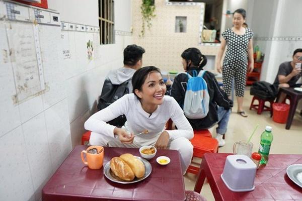 Hoa hậu HHen Niê dành một ngày ăn bánh mì khắp Sài Gòn và lý do xúc động phía sau-5