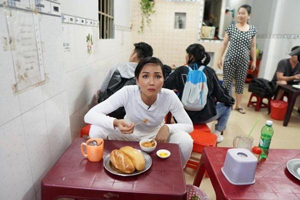 Hoa hậu HHen Niê dành một ngày ăn bánh mì khắp Sài Gòn và lý do xúc động phía sau-8