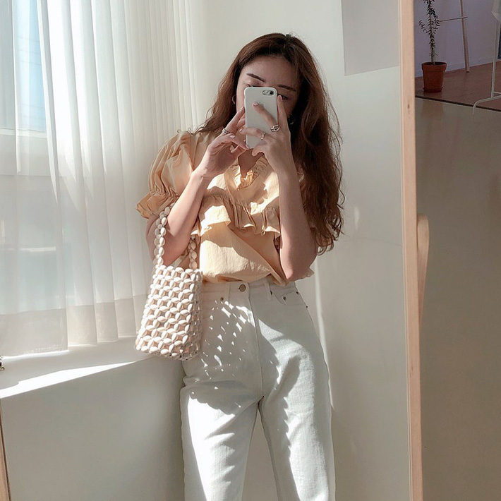 """Kiểu áo bánh bèo động trời"""" được gái Hàn xem như chân ái, mix đồ hiện đại mà không thắm mới hay-10"""