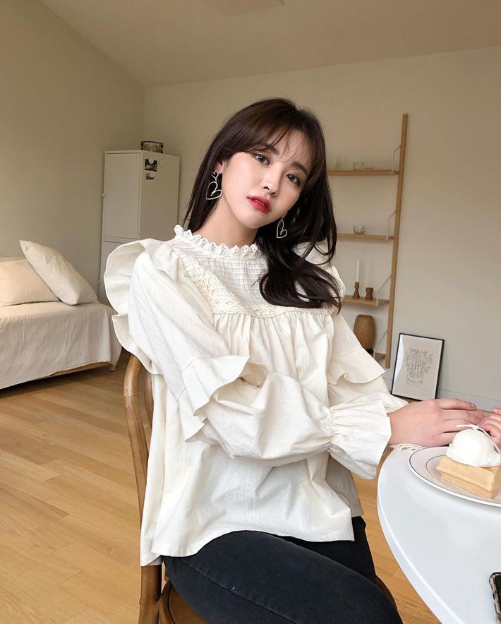 """Kiểu áo bánh bèo động trời"""" được gái Hàn xem như chân ái, mix đồ hiện đại mà không thắm mới hay-3"""