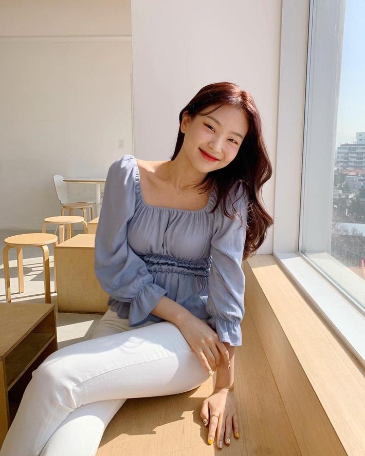 """Kiểu áo bánh bèo động trời"""" được gái Hàn xem như chân ái, mix đồ hiện đại mà không thắm mới hay-7"""