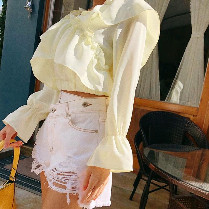"""Kiểu áo bánh bèo động trời"""" được gái Hàn xem như chân ái, mix đồ hiện đại mà không thắm mới hay-8"""