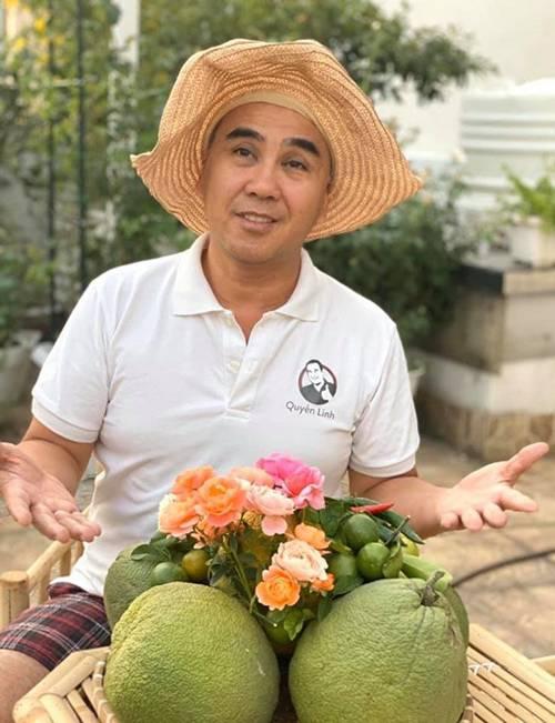 Ở nhà tránh dịch, Quyền Linh cùng vợ con lên sân thượng gỡ khoai lang, thu hoạch hoa trái-1